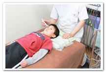 お子様の視力回復 施術中
